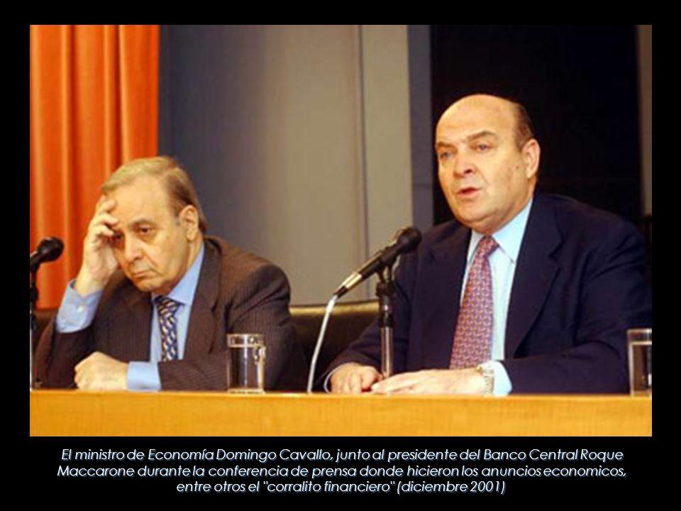 El ministro de Economía Domingo Cavallo, junto al presidente del Banco Central Roque Maccarone durante la conferencia de prensa donde hicieron los anuncios economicos, entre otros el corralito financiero (diciembre 2001)