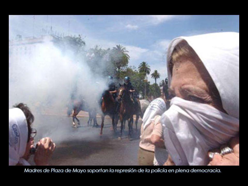 Madres de Plaza de Mayo soportan la represión de la policía en plena democracia.