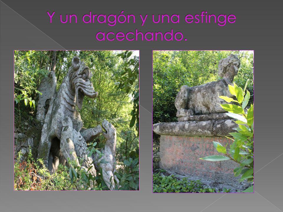 Y un dragón y una esfinge acechando.