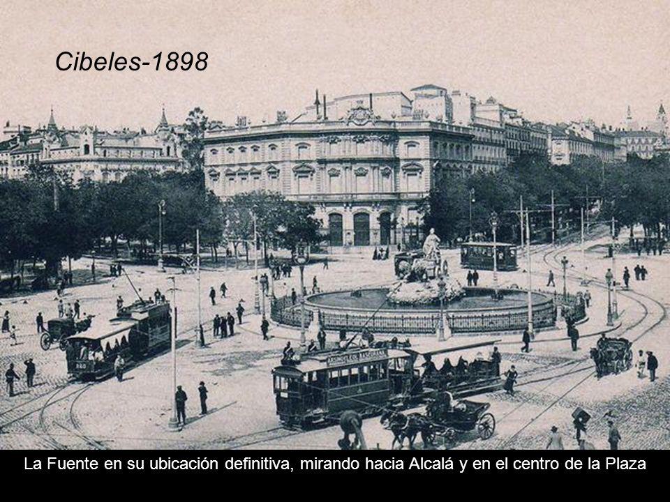 Cibeles-1898 La Fuente en su ubicación definitiva, mirando hacia Alcalá y en el centro de la Plaza