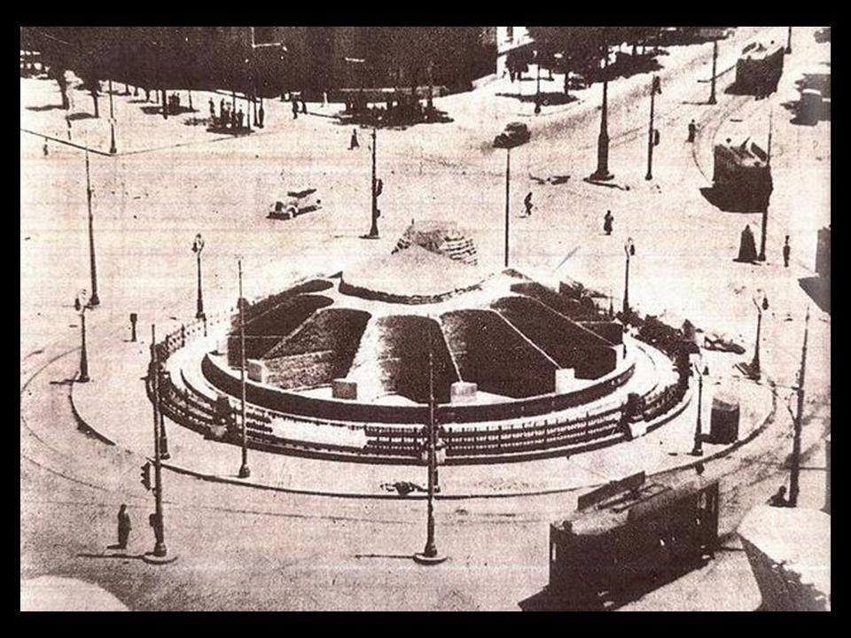 La calle Alcalá, el edificio de Correos y la fuente de la Cibeles, que aparece tapada para protegerla durante la guerra civil, entre los años 1936 y 1939