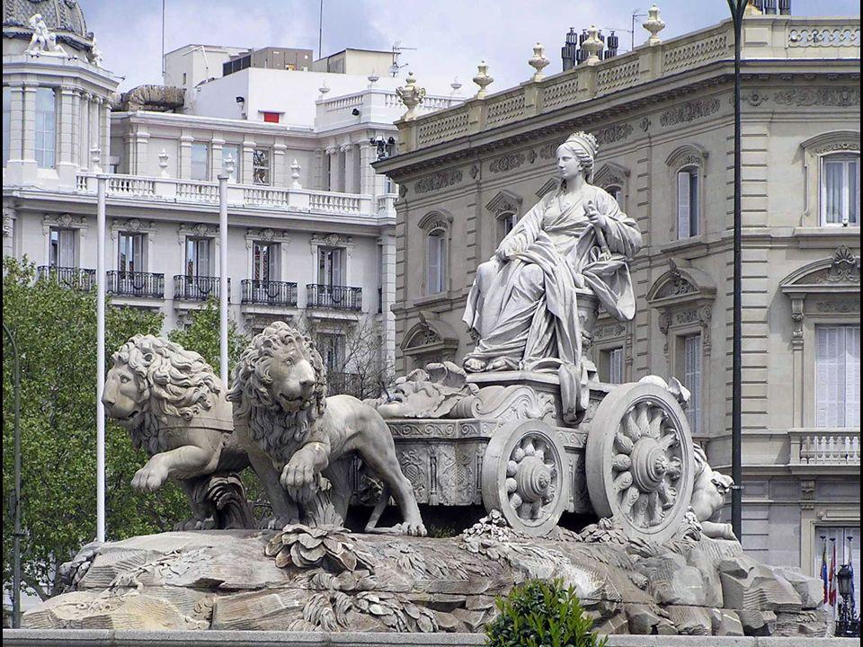 (con el Palacio de Linares al fondo)