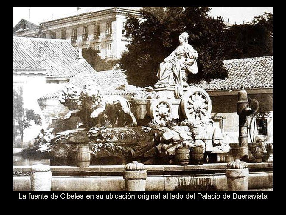 La fuente de Cibeles en su ubicación original al lado del Palacio de Buenavista