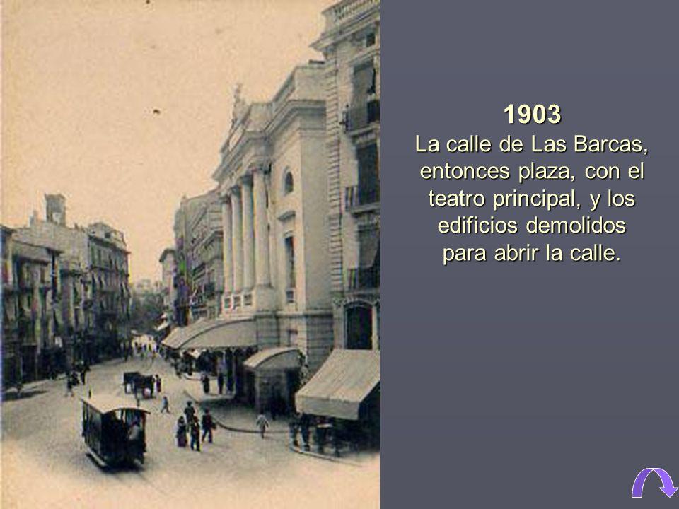 1903 La calle de Las Barcas, entonces plaza, con el teatro principal, y los edificios demolidos para abrir la calle.