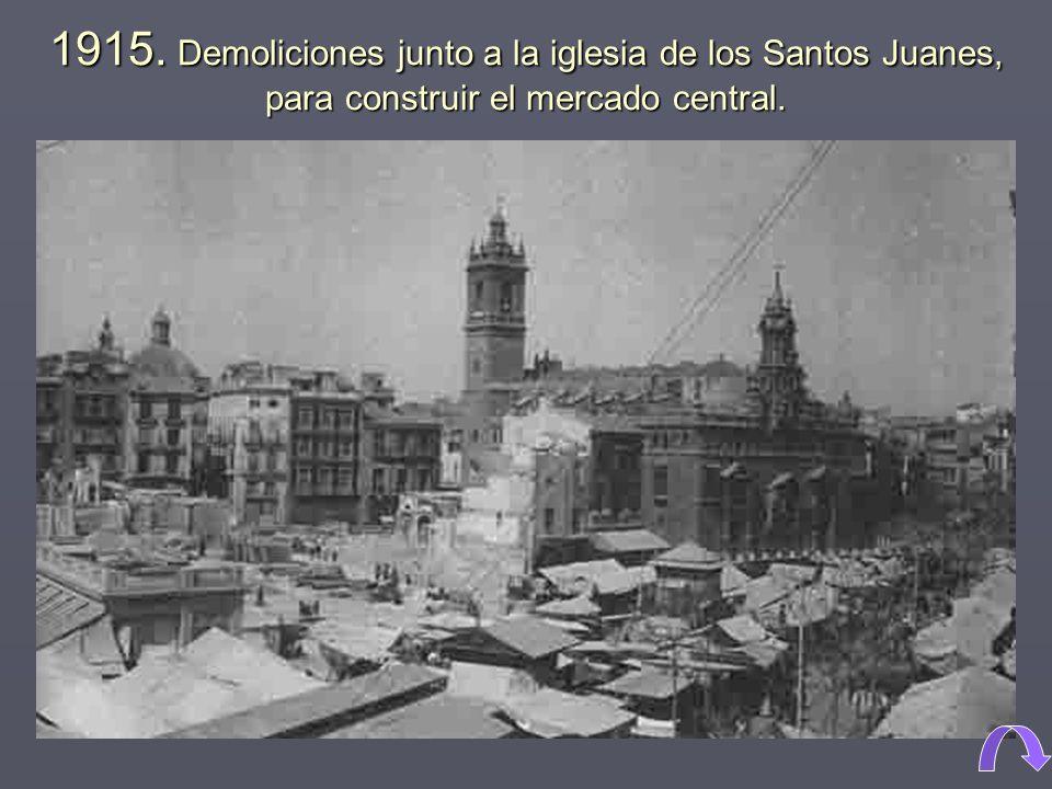 1915. Demoliciones junto a la iglesia de los Santos Juanes, para construir el mercado central.