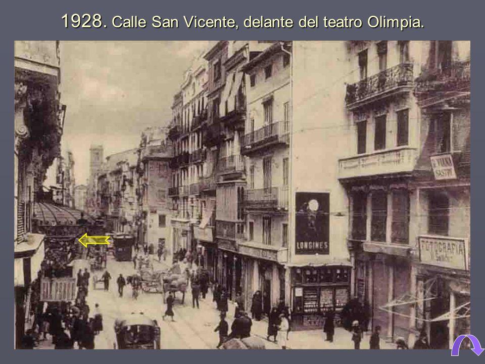 1928. Calle San Vicente, delante del teatro Olimpia.