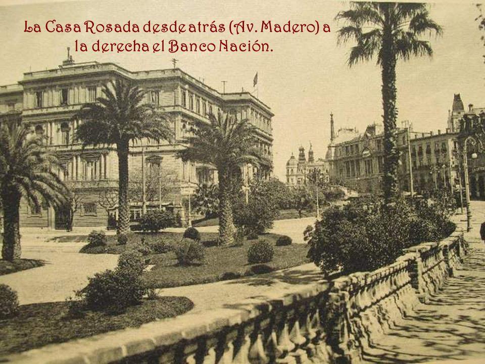 La Casa Rosada desde atrás (Av. Madero) a la derecha el Banco Nación.
