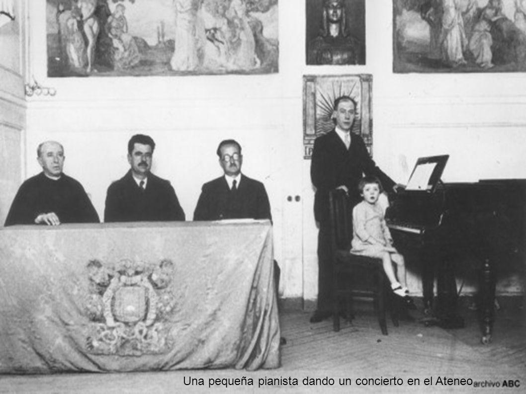 Una pequeña pianista dando un concierto en el Ateneo