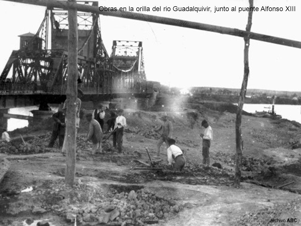 Obras en la orilla del rio Guadalquivir, junto al puente Alfonso XIII