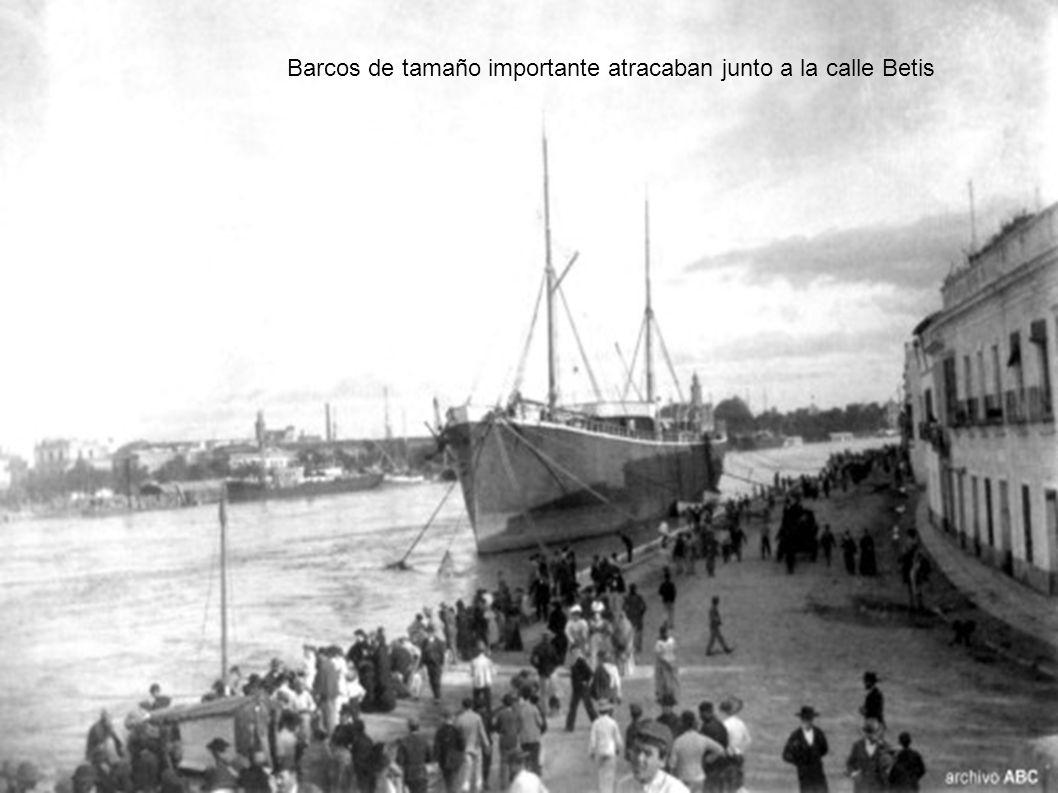 Barcos de tamaño importante atracaban junto a la calle Betis