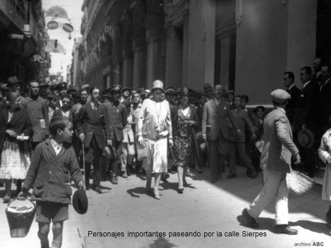 Personajes importantes paseando por la calle Sierpes