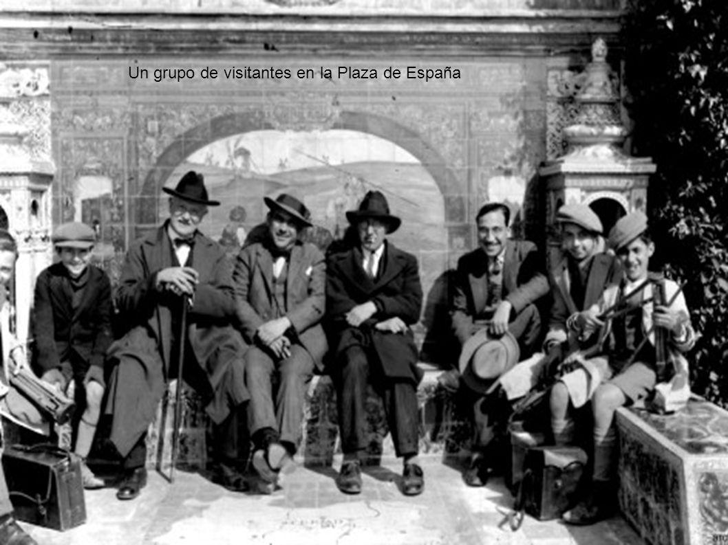 Un grupo de visitantes en la Plaza de España