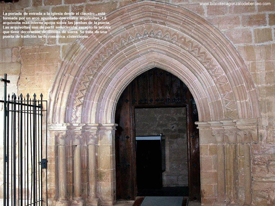 La portada de entrada a la iglesia desde el claustro , está formada por un arco apuntado con cuatro arquivoltas.
