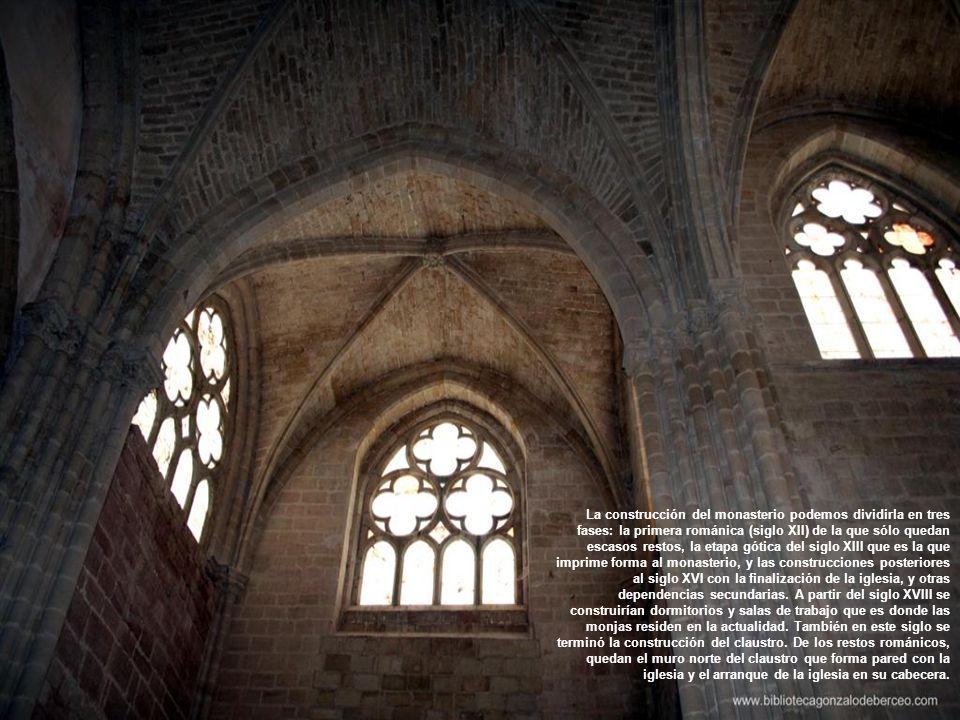 La construcción del monasterio podemos dividirla en tres fases: la primera románica (siglo XII) de la que sólo quedan escasos restos, la etapa gótica del siglo XIII que es la que imprime forma al monasterio, y las construcciones posteriores al siglo XVI con la finalización de la iglesia, y otras dependencias secundarias.