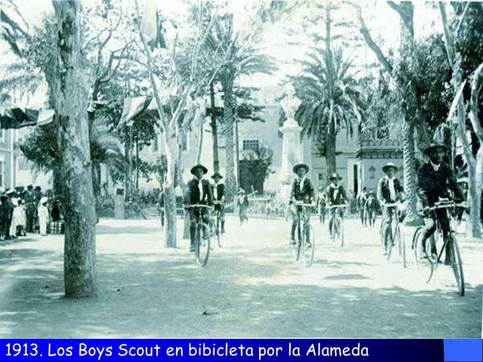1913. Los Boys Scout en bibicleta por la Alameda