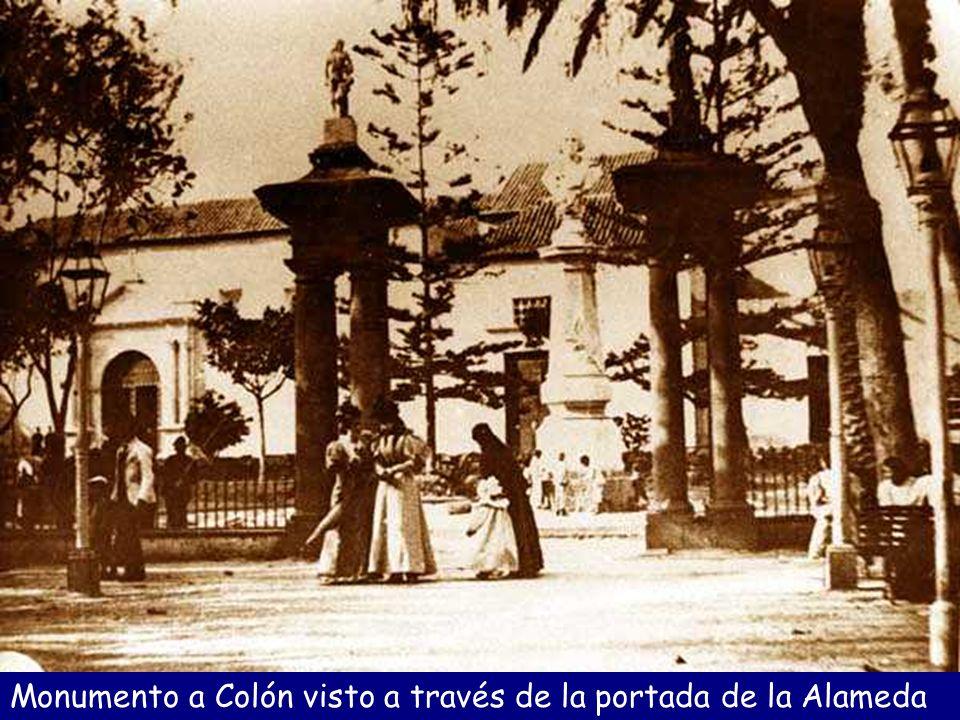 Monumento a Colón visto a través de la portada de la Alameda