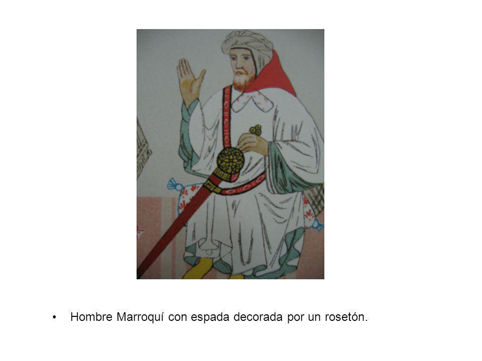 Hombre Marroquí con espada decorada por un rosetón.