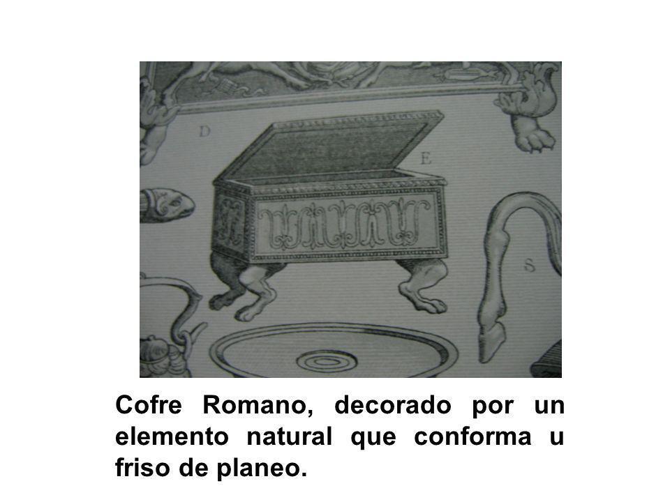 Cofre Romano, decorado por un elemento natural que conforma u friso de planeo.