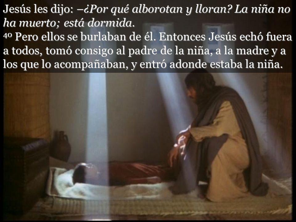 Jesús les dijo: –¿Por qué alborotan y lloran