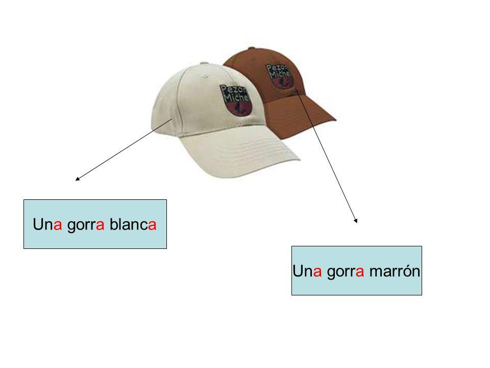 Una gorra blanca Una gorra marrón