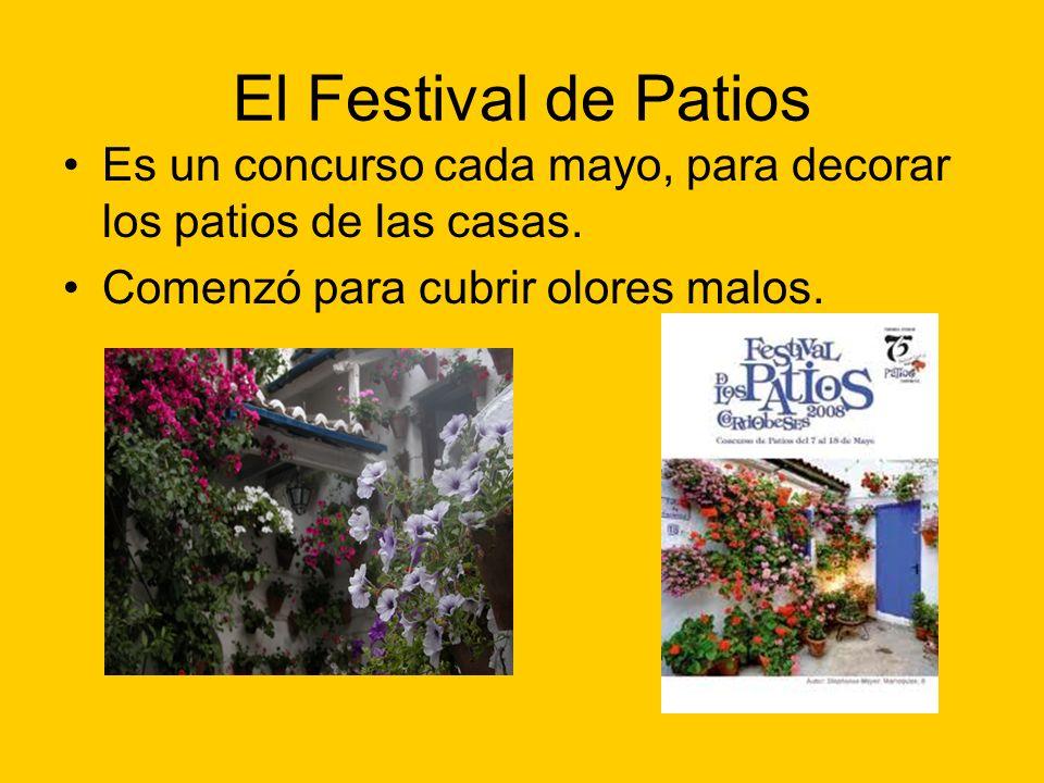 El Festival de Patios Es un concurso cada mayo, para decorar los patios de las casas.