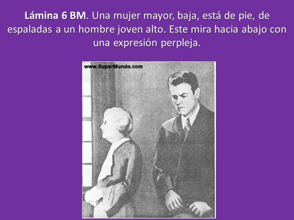Lámina 6 BM. Una mujer mayor, baja, está de pie, de espaladas a un hombre joven alto.