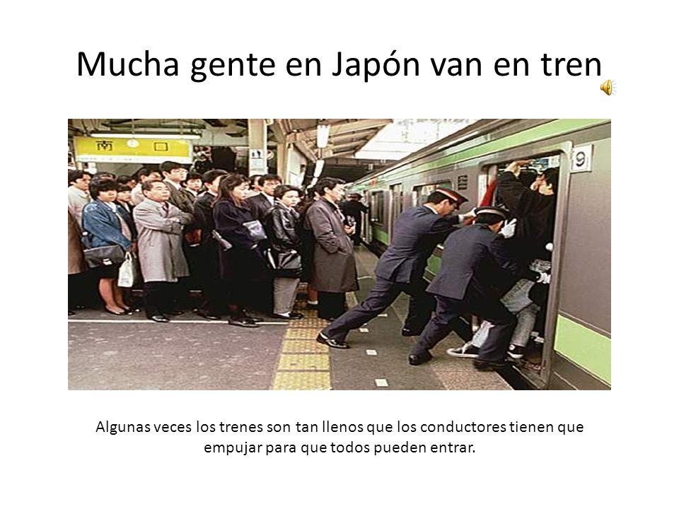 Mucha gente en Japón van en tren