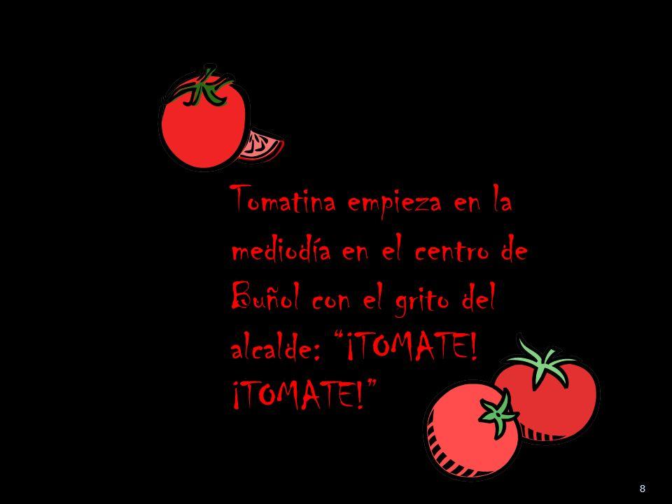 Tomatina empieza en la mediodía en el centro de Buñol con el grito del alcalde: ¡TOMATE! ¡TOMATE!