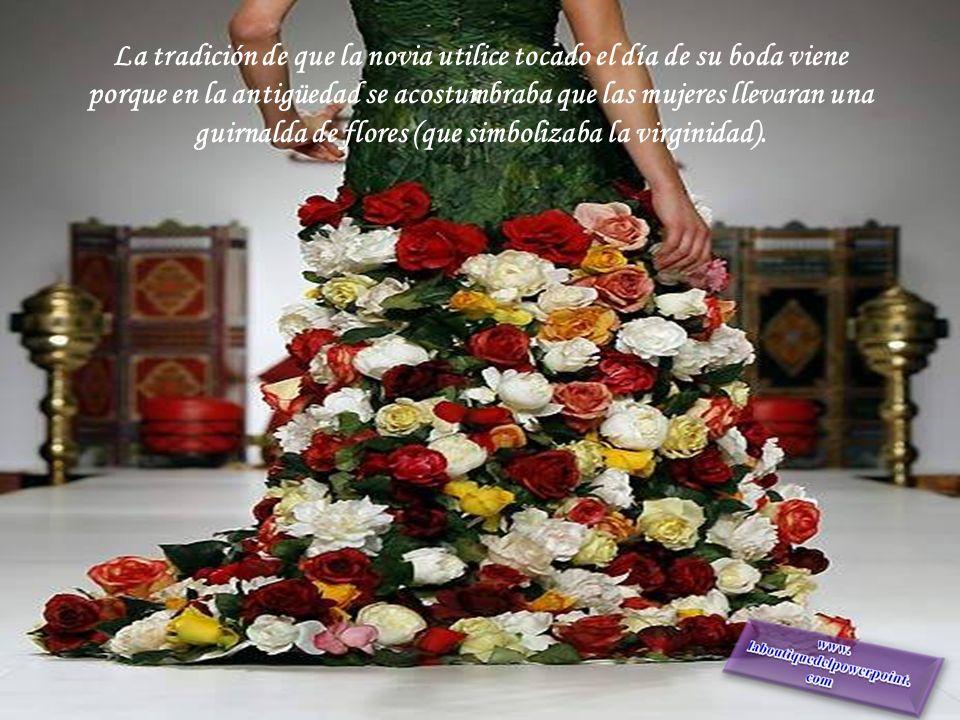 La tradición de que la novia utilice tocado el día de su boda viene porque en la antigüedad se acostumbraba que las mujeres llevaran una guirnalda de flores (que simbolizaba la virginidad).