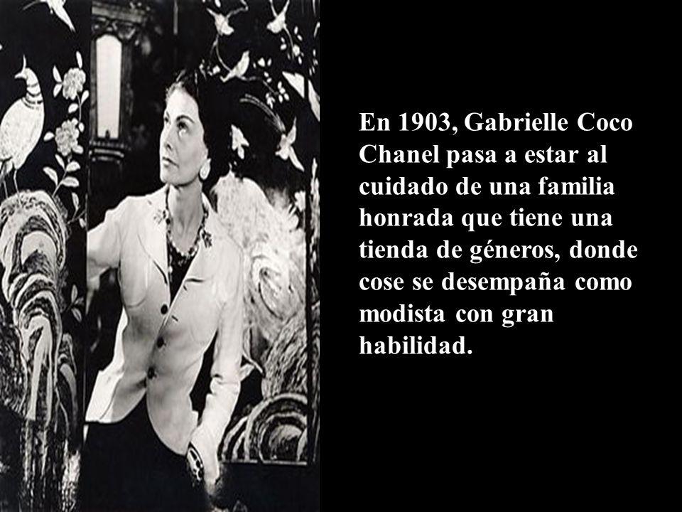En 1903, Gabrielle Coco Chanel pasa a estar al cuidado de una familia honrada que tiene una tienda de géneros, donde cose se desempaña como modista con gran habilidad.