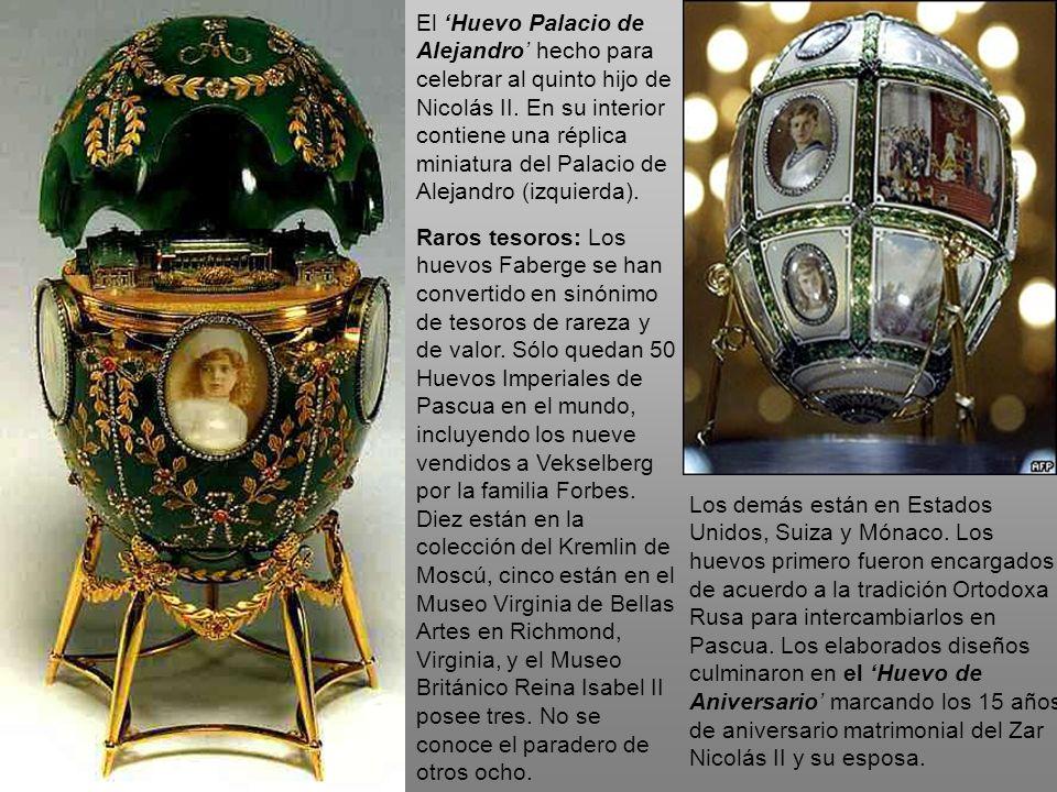 El 'Huevo Palacio de Alejandro' hecho para celebrar al quinto hijo de Nicolás II. En su interior contiene una réplica miniatura del Palacio de Alejandro (izquierda).