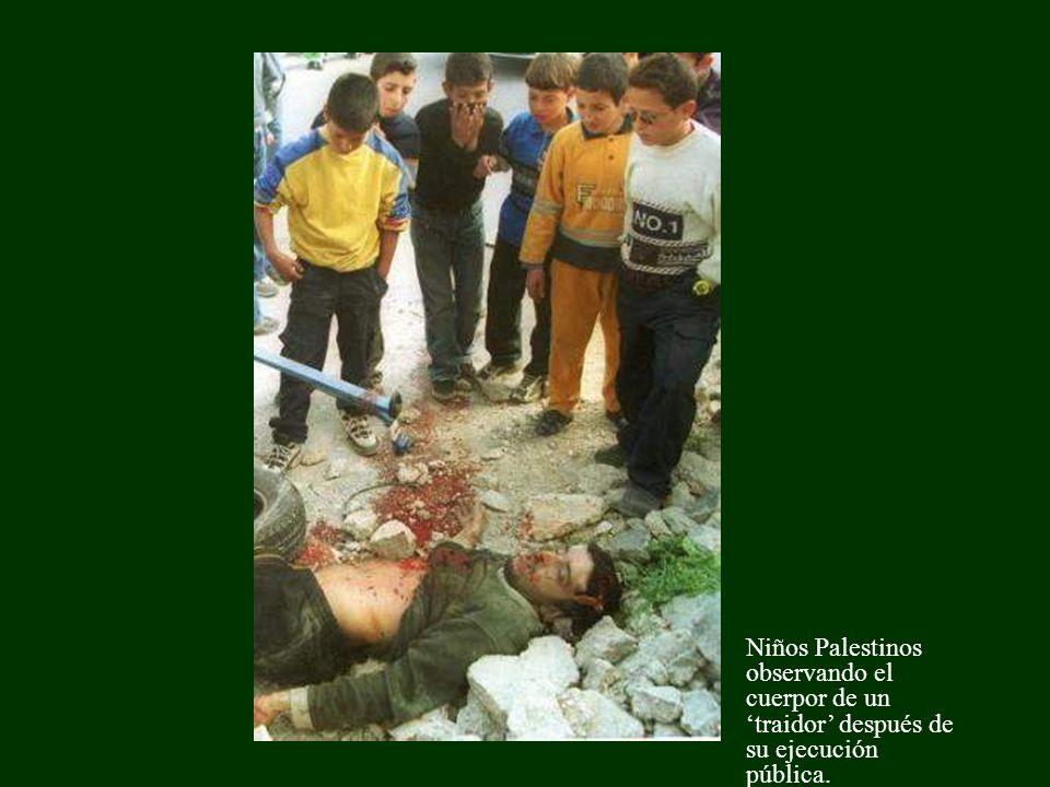 Niños Palestinos observando el cuerpor de un 'traidor' después de su ejecución pública.