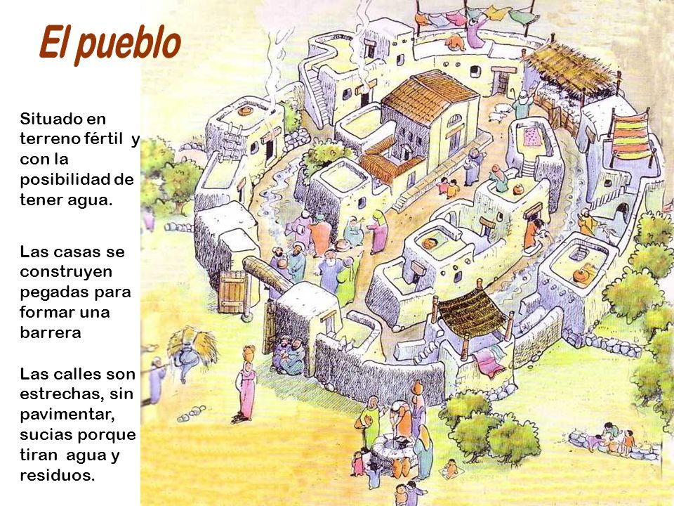 El pueblo Situado en terreno fértil y con la posibilidad de tener agua. Las casas se construyen pegadas para formar una barrera.