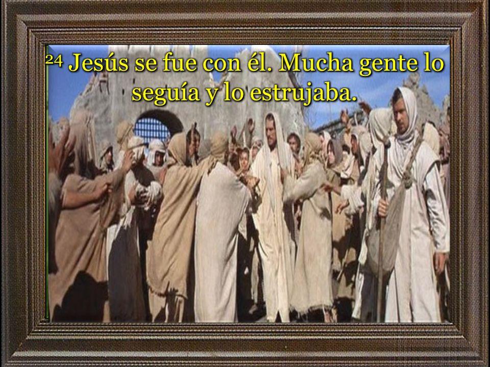 24 Jesús se fue con él. Mucha gente lo seguía y lo estrujaba.