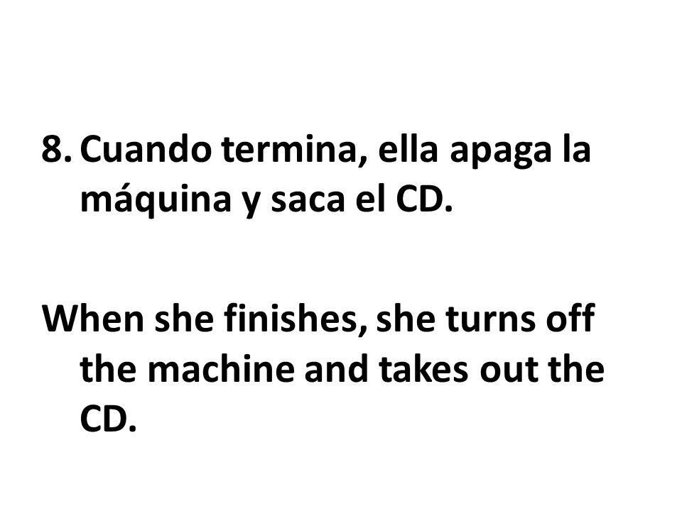 Cuando termina, ella apaga la máquina y saca el CD.
