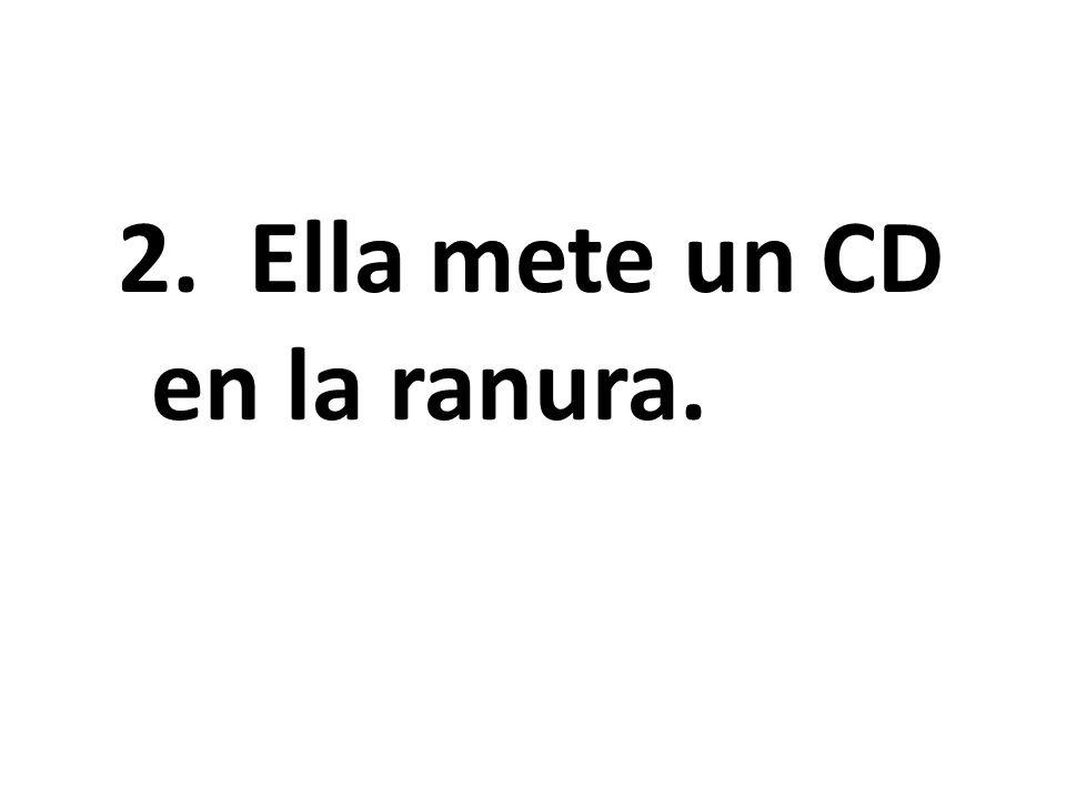 2. Ella mete un CD en la ranura.