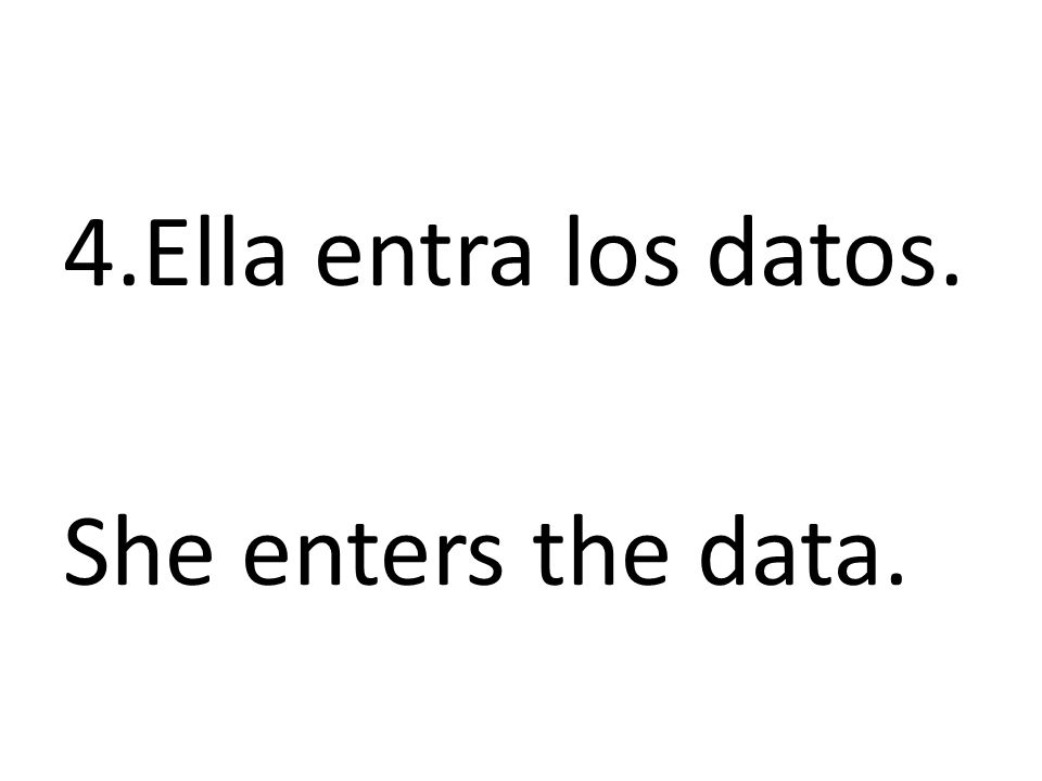 Ella entra los datos. She enters the data.