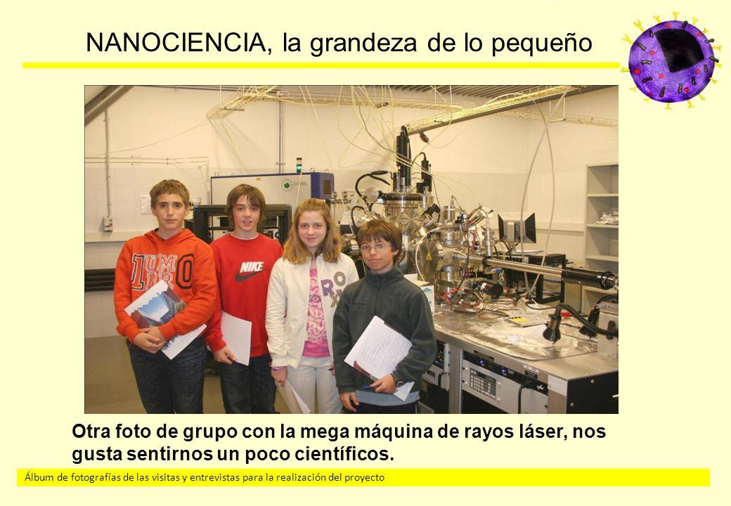 Otra foto de grupo con la mega máquina de rayos láser, nos gusta sentirnos un poco científicos.