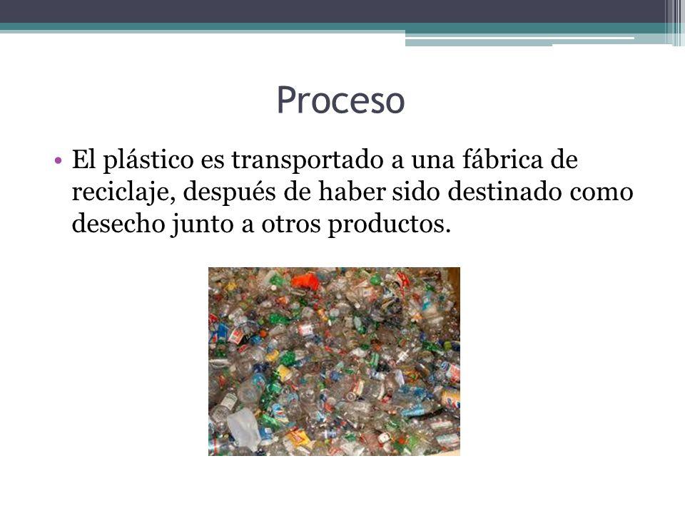 Proceso El plástico es transportado a una fábrica de reciclaje, después de haber sido destinado como desecho junto a otros productos.