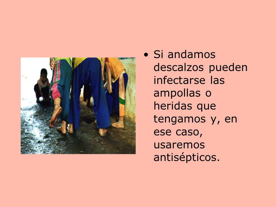 Si andamos descalzos pueden infectarse las ampollas o heridas que tengamos y, en ese caso, usaremos antisépticos.