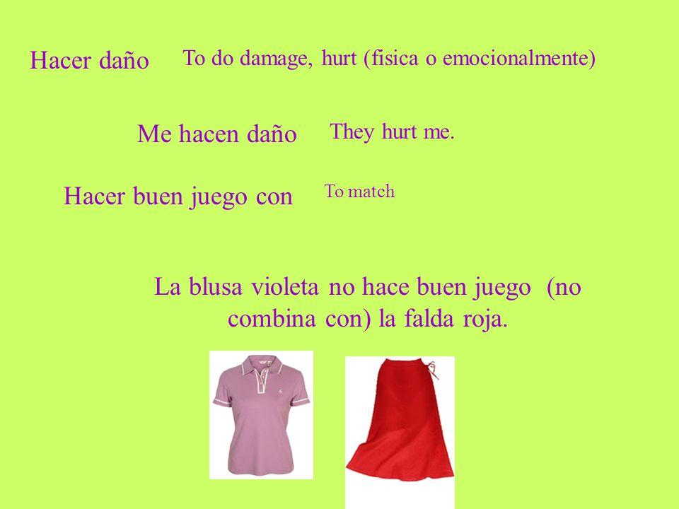 La blusa violeta no hace buen juego (no combina con) la falda roja.