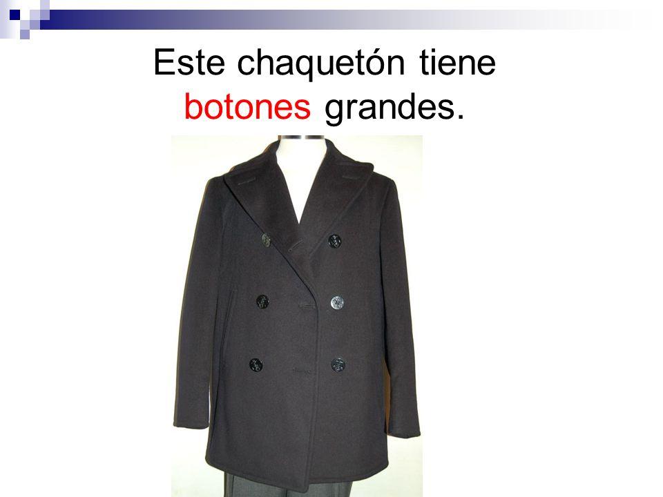Este chaquetón tiene botones grandes.
