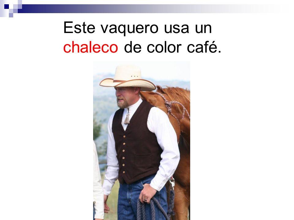 Este vaquero usa un chaleco de color café.