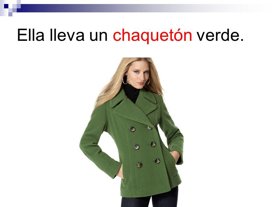 Ella lleva un chaquetón verde.