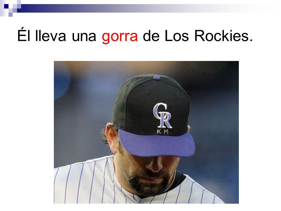 Él lleva una gorra de Los Rockies.
