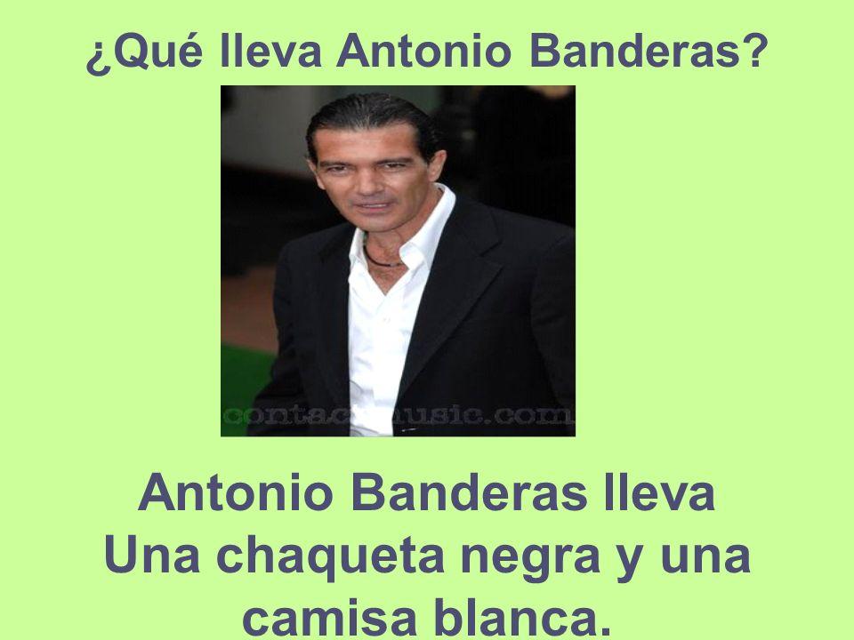 Antonio Banderas lleva Una chaqueta negra y una camisa blanca.
