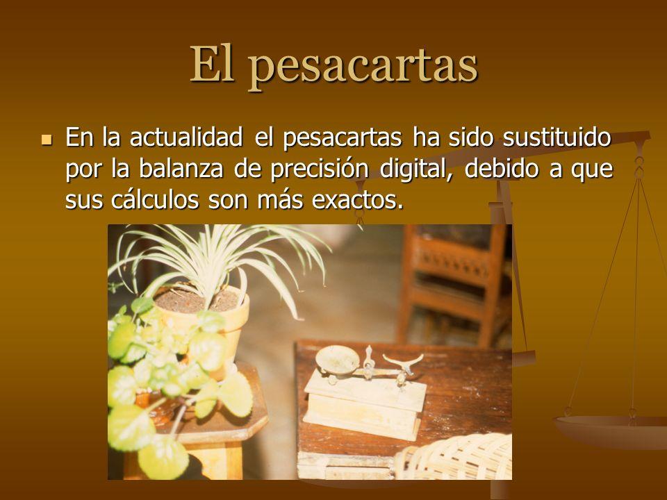 El pesacartas En la actualidad el pesacartas ha sido sustituido por la balanza de precisión digital, debido a que sus cálculos son más exactos.