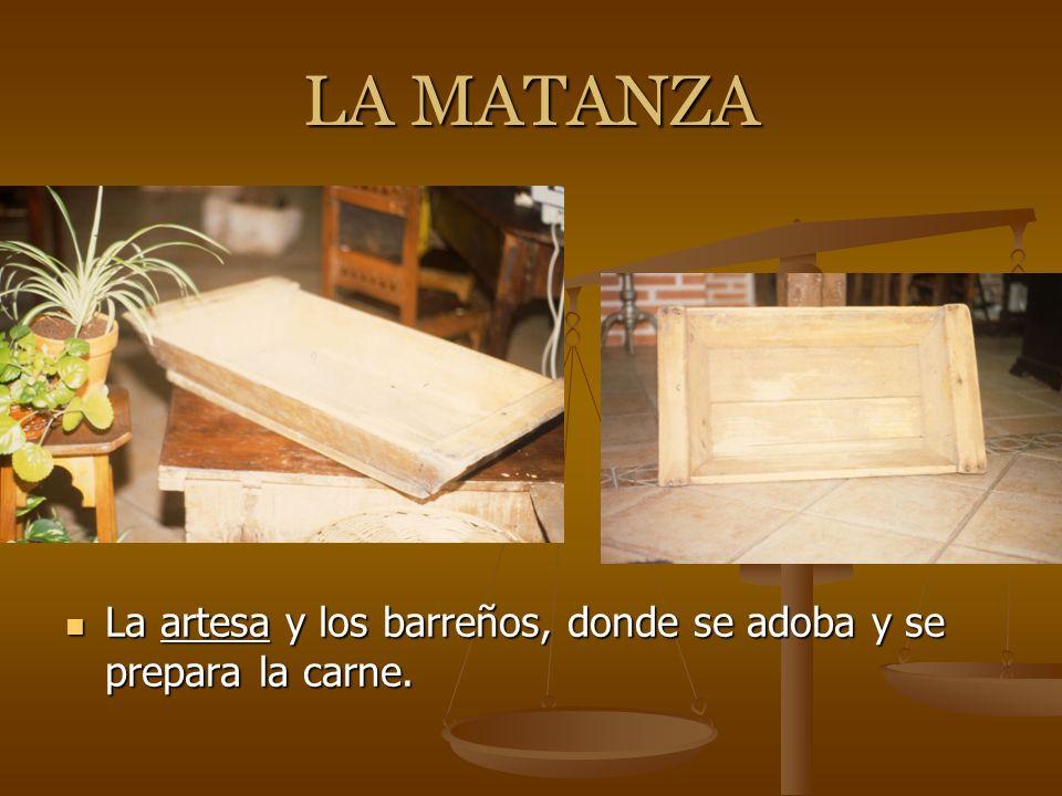 LA MATANZA La artesa y los barreños, donde se adoba y se prepara la carne.