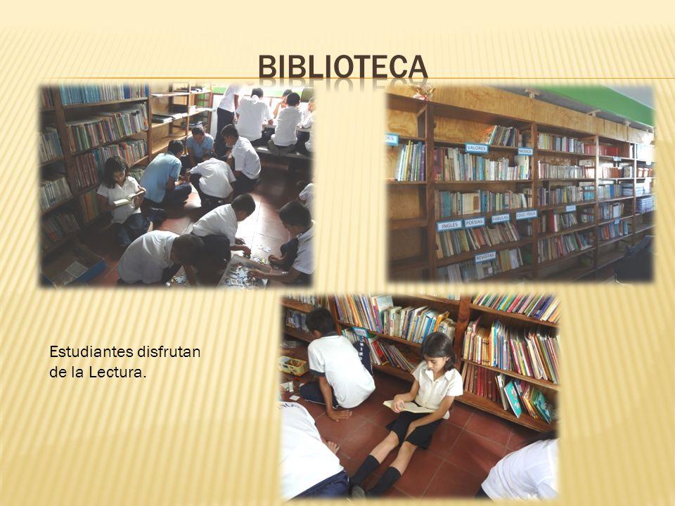 BIBLIOTECA Estudiantes disfrutan de la Lectura.