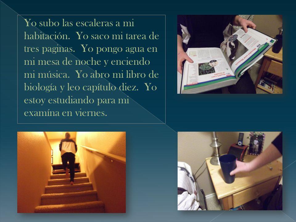 Yo subo las escaleras a mi habitación. Yo saco mi tarea de tres paginas.